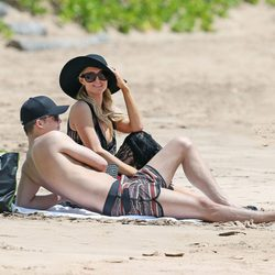 Paris Hilton y River Viiperi tumbados en una playa de Hawaii