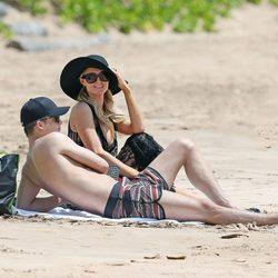 Paris Hilton y River Viiperi tumbados en una playa de Hawaii