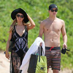 Paris Hilton y River Viiperi con el torso desnudo en Hawaii