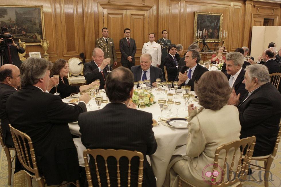 Los Reyes, el presidente del Gobierno y su esposa cenando con el presidente de Uruguay