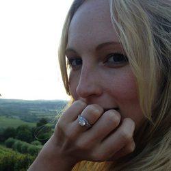 Candice Accola presume de su anillo de compromiso