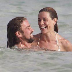 Raquel Sánchez Silva y Mario Biondo dándose un chapuzón en Formentera