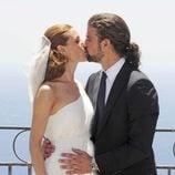 Raquel Sánchez Silva y Mario Biondo besándose el día de su boda