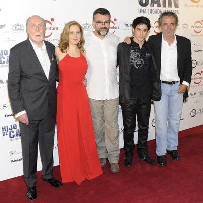 El director y el reparto de 'Hijo de Caín' en su estreno en Madrid