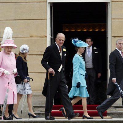 La Reina, el Duque de Edimburgo y los Príncipes Andrés, Beatriz, Eugenia y Ana en una garden party