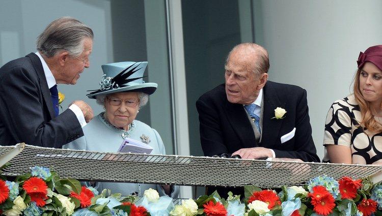 La Reina Isabel, el Duque de Edimburgo y las Princesas de York en el Derby de Epsom 2013