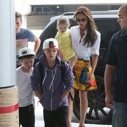 Victoria Beckham con sus cuatro hijos en el aeropuerto de Los Angeles