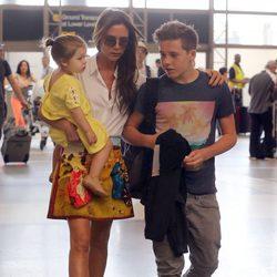 Victoria Beckham sujeta a Harper Seven y coge del hombro a Brooklyn en el aeropuerto