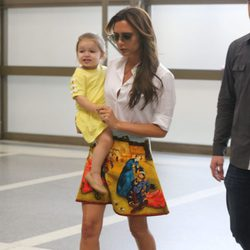 Victoria Beckham lleva en brazos a su hija Harper Seven en el aeropuerto de Los Angeles