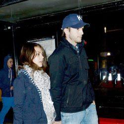 Ashton Kutcher y Mila Kunis paseando por Londres