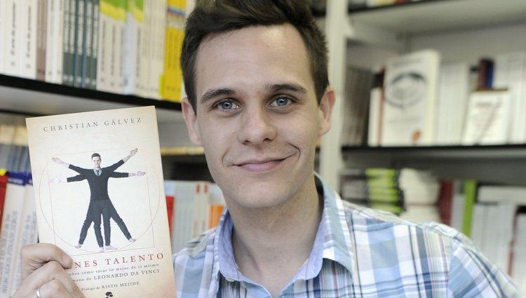 Christian Gálvez firmando ejemplares de 'Tienes talento' en la Feria del Libro de Madrid 2013