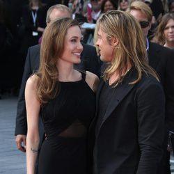 Angelina Jolie y Brad Pitt muy enamorados en el estreno de 'World War Z'