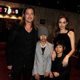 Brad Pitt y Angelina Jolie con sus hijos Maddox y Pax Jolie-Pitt en la premiere de 'Guerra Mundial Z' en Londres