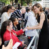 Angelina Jolie atiende a los fans en la premiere de 'Guerra Mundial Z' en Londres