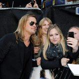 Brad Pitt atiende a los fans en la premiere de 'Guerra Mundial Z' en Londres