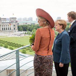 Guillermo Alejandro y Máxima de Holanda con Angela Merkel en Berlín