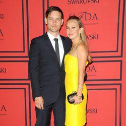 Tobey Maguire y Jennifer Meyer en los Premios CFDA 2013