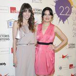 Ledicia Sola compañada en la alfombra roja de los Premios Unión de Actores 2012