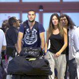 Malena Costa y Mario Suárez en el aeropuerto de Madrid