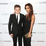 Victoria Beckham y su hijo Brooklyn en los Premios Glamour Mujer del Año 2013 en Londres