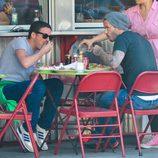 David Beckham comiendo con Dave Gardner en una terraza de Nueva York