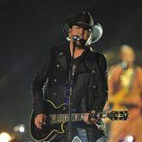 Jason Aldean actuando en los CMT Awards 2013
