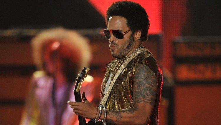 Lenny Kravitz actuando en los CMT Awards 2013