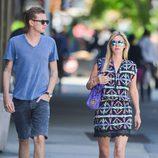Conrad Hilton y su hermana Nicky paseando por Nueva York