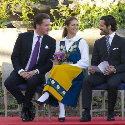 Chris O'Neill y la Princesa Magdalena charlan con el Príncipe Carlos Felipe en el Día Nacional de Suecia 2013
