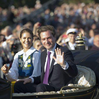 Magdalena de Suecia y Chris O'Neill saludan en el Día Nacional de Suecia 2013