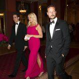 Felipe y Theodora de Grecia con Haakon de Noruega en la cena previa a la boda de Magdalena de Suecia y Chris O'Neill