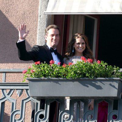 Magdalena de Suecia y Chris O'Neill saludan desde el balcón en la cena previa a su boda