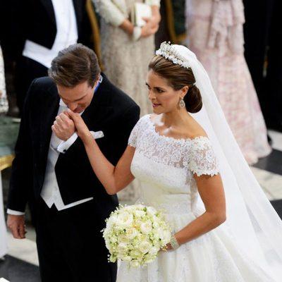 Chris O'Neill besa en la mano a Magdalena de Suecia a su llegada a la Capilla del Palacio Real de Estocolmo