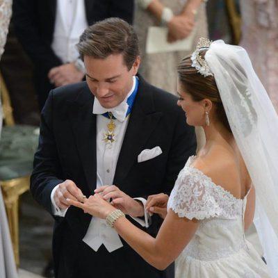 Chris O'Neill poniendo el anillo de la Princesa Magdalena de Suecia en su boda