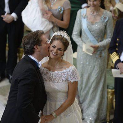 Chris O'Neill besando en la mejilla a la Princesa Magdalena de Suecia durante su boda