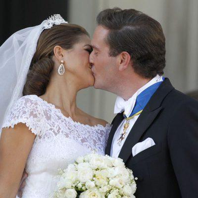 La Princesa Magdalena de Suecia y Chris O'Neill besándose tras su boda