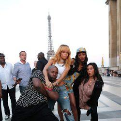 Rihanna posa con sus amigos junto a la Torre Eiffel