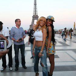 Rihanna visita la Torre Eiffel con unos amigos