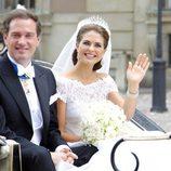 Chris O'Neill y Magdalena de Suecia desde la calesa tras su boda