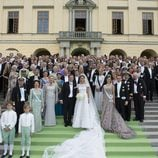 Magdalena de Suecia y Chris O'Neill posan con los invitados en el Palacio de Drottningholm