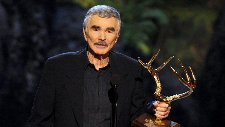 Burt Reynolds recoge un premio en los Guys Choice Awards 2013