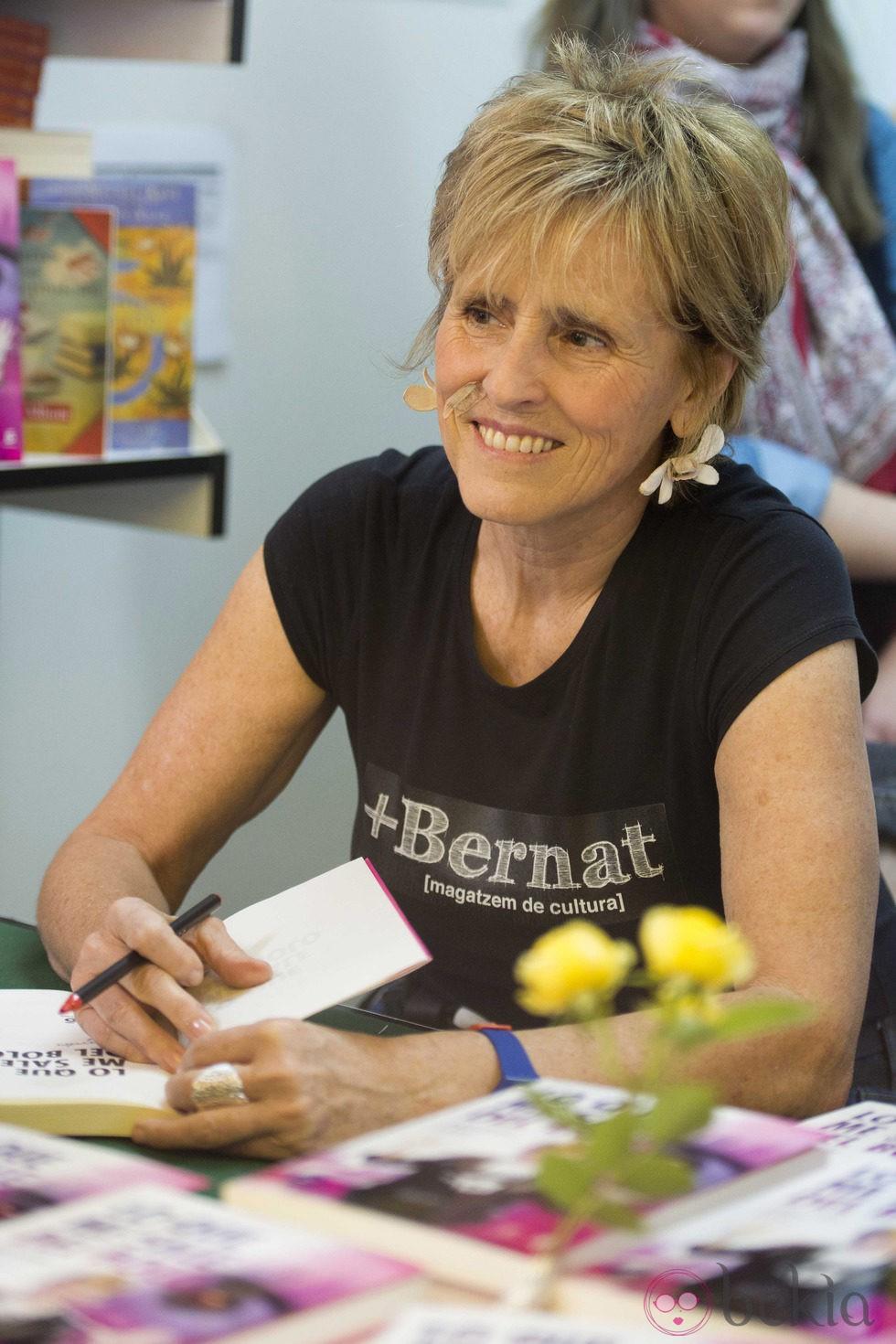 Mercedes Milá firma ejemplares de 'Lo que me sale del bolo' en la Feria del Libro de Madrid 2013