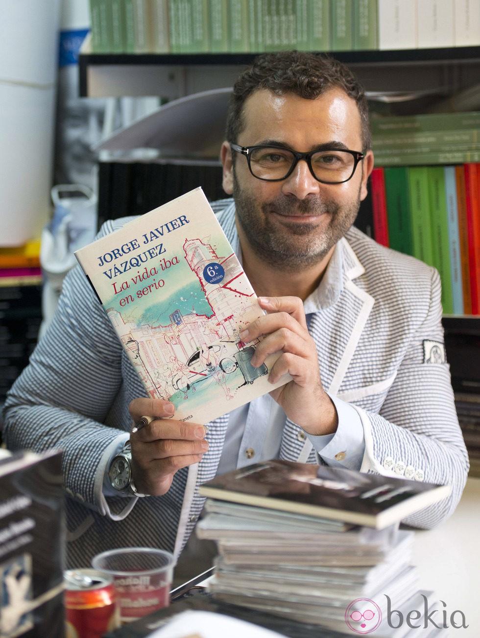 Jorge Javier Vázquez firma ejemplares de 'La vida iba en serio' en la Feria del Libro de Madrid 2013