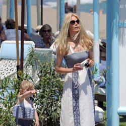 Claudia Schiffer con su hija Cosima Violet en la playa de Marbella