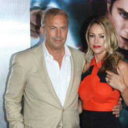 Kevin Costner y Christine Baumgartner en la premiere de 'El Hombre de Acero' en Nueva York