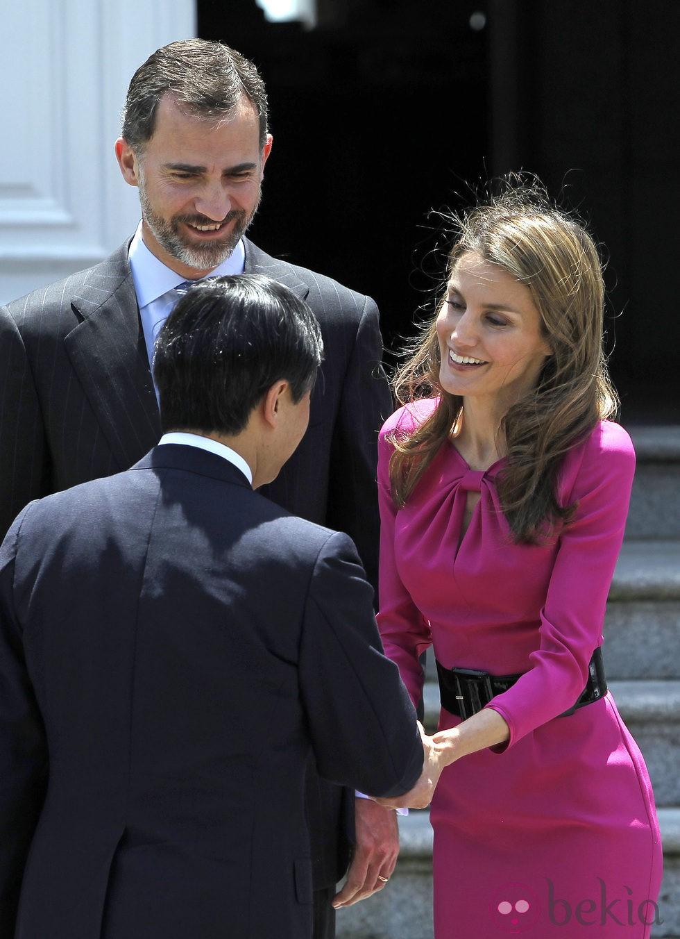 Los Príncipes Felipe y Letizia saludan a Naruhito de Japón durante su visita a España