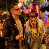 Ashley Tisdale y Christopher French paseando por Disney World