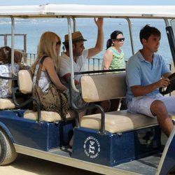 Claudia Schiffer, Matthew Vaughn y sus hijos en el paseo marítimo de Marbella