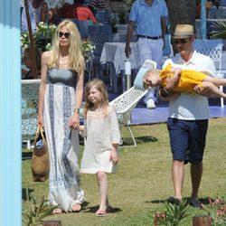 Claudia Schiffer, Matthew Vaughn y sus hijas Clementine y Cosima Violet en Marbella