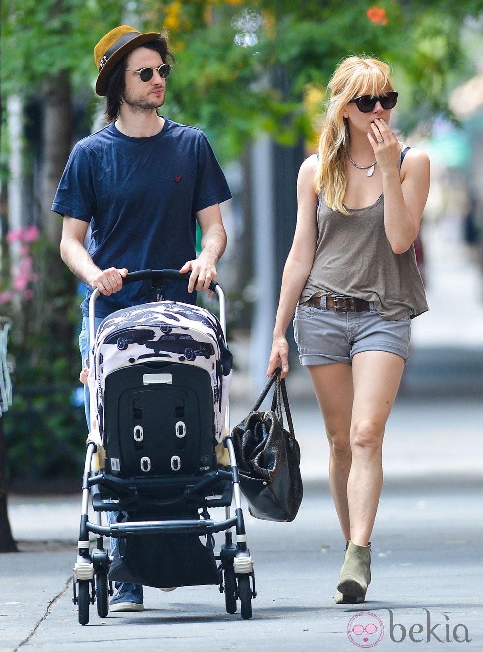 Sienna Miller pasea a su hija, Marlowe Sturridge, junto a su marido